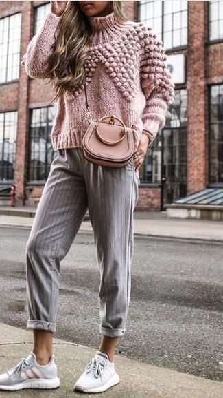 Wie kombinieren: rosa Strick Rollkragenpullover, graue vertikal gestreifte Karottenhose, graue Sportschuhe, rosa Leder Umhängetasche