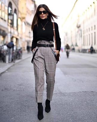 Braunen Ledergürtel kombinieren – 390 Damen Outfits: Paaren Sie einen schwarzen Rollkragenpullover mit einem braunen Ledergürtel, um einen zeitgenössischen entspannten City-Look zu kreieren. Ergänzen Sie Ihr Look mit schwarzen elastischen Stiefeletten.