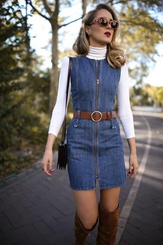 Wie kombinieren: weißer Rollkragenpullover, blauer Jeans Kleiderrock, braune Overknee Stiefel aus Wildleder, schwarze Leder Umhängetasche