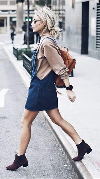 Dunkelbraune Wildleder Stiefeletten kombinieren – 176 Damen Outfits: Ein hellbeige Rollkragenpullover und ein dunkelblauer Jeans Kleiderrock sind Casual-Must-Haves, die Ihren Stil unterstreichen. Dunkelbraune Wildleder Stiefeletten fügen sich nahtlos in einer Vielzahl von Outfits ein.