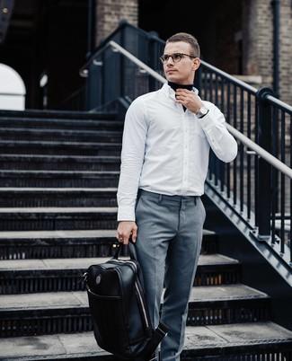 Wie kombinieren: dunkelblauer Rollkragenpullover, weißes Langarmhemd, graue Anzughose, schwarzer Leder Rucksack