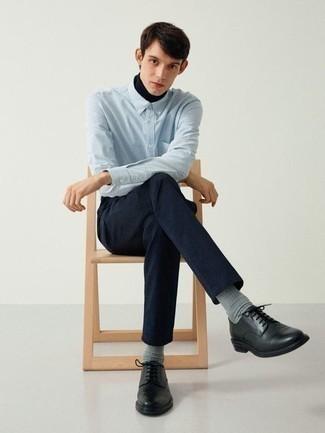 Hellblaues vertikal gestreiftes Langarmhemd kombinieren – 184 Herren Outfits: Kombinieren Sie ein hellblaues vertikal gestreiftes Langarmhemd mit einer dunkelblauen Chinohose für ein großartiges Wochenend-Outfit. Fühlen Sie sich mutig? Ergänzen Sie Ihr Outfit mit schwarzen Leder Derby Schuhen.