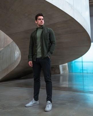 Schwarze Chinohose kombinieren – 500+ Herren Outfits: Kombinieren Sie einen dunkelgrünen Rollkragenpullover mit einer schwarzen Chinohose für einen bequemen Alltags-Look. Suchen Sie nach leichtem Schuhwerk? Entscheiden Sie sich für weiße Segeltuch niedrige Sneakers für den Tag.