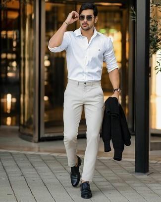 Hellbeige Chinohose kombinieren – 1200+ Herren Outfits: Entscheiden Sie sich für einen schwarzen Strick Wollrollkragenpullover und eine hellbeige Chinohose, um mühelos alles zu meistern, was auch immer der Tag bringen mag. Schalten Sie Ihren Kleidungsbestienmodus an und machen schwarzen Doppelmonks aus Leder zu Ihrer Schuhwerkwahl.