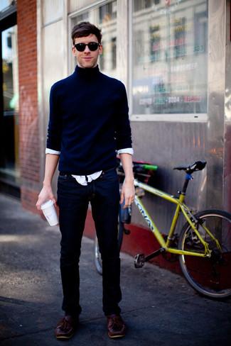 Wie kombinieren: dunkelblauer Rollkragenpullover, weißes Langarmhemd, dunkelblaue Jeans, dunkelrote Leder Bootsschuhe