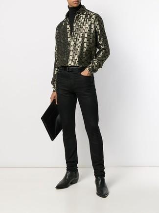 Wie kombinieren: schwarzer Rollkragenpullover, goldenes bedrucktes Langarmhemd, schwarze Jeans, schwarze Chelsea-Stiefel aus Leder