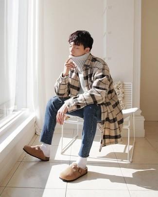 Teenager: Outfits Herren 2020: Kombinieren Sie einen grauen Wollrollkragenpullover mit blauen Jeans für ein großartiges Wochenend-Outfit. Fügen Sie beige Wildleder Slipper für ein unmittelbares Style-Upgrade zu Ihrem Look hinzu.