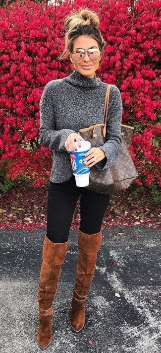 Wie kombinieren: dunkelgrauer Rollkragenpullover, schwarze Leggings, rotbraune Overknee Stiefel aus Wildleder, dunkelbraune bedruckte Shopper Tasche aus Leder