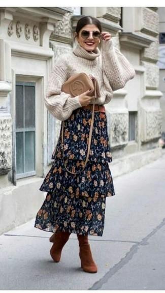 Wie kombinieren: hellbeige Strick Rollkragenpullover, dunkelblauer Maxirock mit Blumenmuster, rotbraune kniehohe Stiefel aus Wildleder, beige Leder Umhängetasche