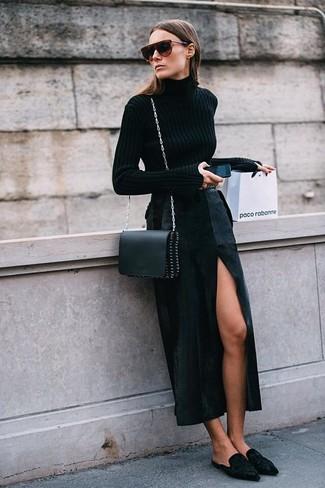 Wie kombinieren: schwarzer Rollkragenpullover, schwarzer Maxirock mit Schlitz, schwarze Wildleder Pantoletten, schwarze Leder Umhängetasche