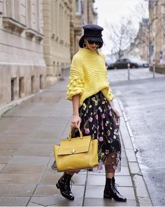 Wie kombinieren: gelber Strick Rollkragenpullover, schwarzer Midirock aus Chiffon mit Blumenmuster, schwarze flache Stiefel mit einer Schnürung aus Leder, gelbe Satchel-Tasche aus Leder