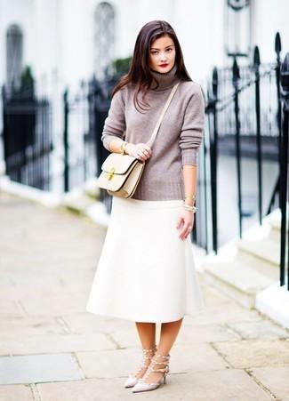 Goldenes Armband kombinieren: elegante Outfits: trends 2020: Um einen geradlinigen und lockeren City-Look zu erhalten, wahlen Sie einen grauen Rollkragenpullover und ein goldenes Armband. Graue beschlagene Leder Pumps sind eine gute Wahl, um dieses Outfit zu vervollständigen.