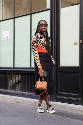 Wie kombinieren: mehrfarbiger Mit Batikmuster Rollkragenpullover, schwarzer Midirock, mehrfarbige Sportschuhe, beige Leder Umhängetasche