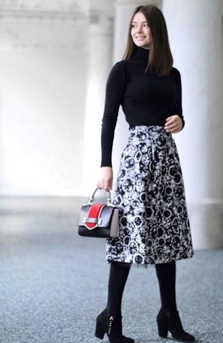 Wie kombinieren: schwarzer Rollkragenpullover, schwarzer und weißer bedruckter Midirock, schwarze Wildleder Stiefeletten, schwarze Lederhandtasche