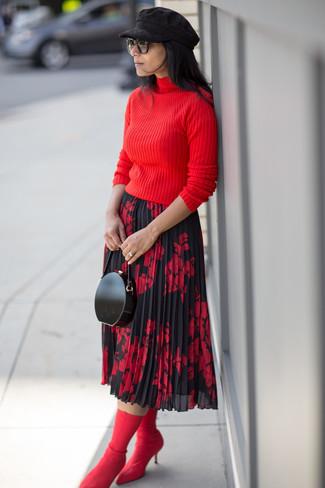 Wie kombinieren: roter Rollkragenpullover, roter und schwarzer Midirock mit Blumenmuster, rote elastische Stiefeletten, schwarze Leder Clutch