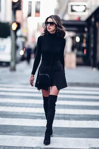 Wie kombinieren: schwarzer Rollkragenpullover, schwarzer Minirock, schwarze Overknee Stiefel aus Wildleder, schwarze Pelz Umhängetasche