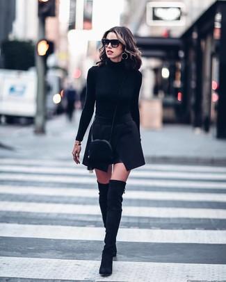 Schwarze Wildleder Umhängetasche kombinieren – 135 Damen Outfits: Wenn Sie einen lockeren Look kreieren möchten, macht die Kombination aus einem schwarzen Rollkragenpullover und einer schwarzen Wildleder Umhängetasche Sinn. Setzen Sie bei den Schuhen auf die klassische Variante mit schwarzen Overknee Stiefeln aus Wildleder.