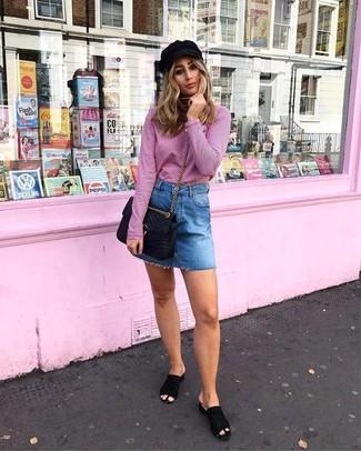 Wie kombinieren: rosa Rollkragenpullover, blauer Jeans Minirock, schwarze Wildleder Pantoletten, schwarze gesteppte Leder Umhängetasche