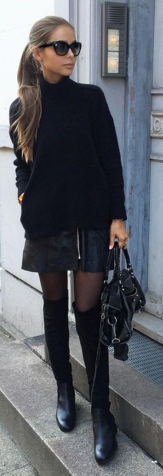 Wie kombinieren: schwarzer Strick Rollkragenpullover, schwarzer Leder Minirock, schwarze Wildleder Stiefeletten, schwarze Satchel-Tasche aus Leder