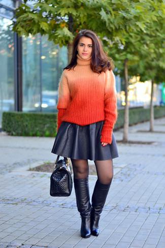 Wie kombinieren: orange Strick Rollkragenpullover, schwarzer Skaterrock aus Leder, schwarze kniehohe Stiefel aus Leder, schwarze Satchel-Tasche aus Leder mit Schlangenmuster