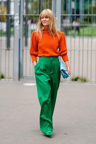 Wie kombinieren: orange Rollkragenpullover, grüne weite Hose, grüne Wildleder Pumps, hellblaue Leder Clutch