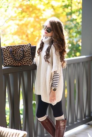 weißer und dunkelblauer horizontal gestreifter Rollkragenpullover, hellbeige Oversize Pullover, braune kniehohe Stiefel aus Leder, braune Satchel-Tasche aus Leder mit Leopardenmuster für Damen