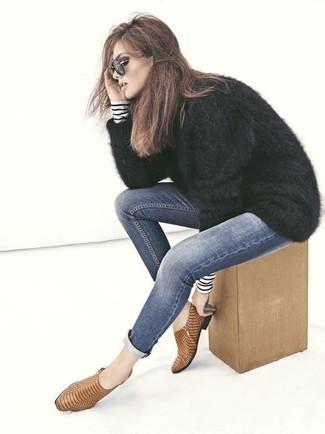 Wie kombinieren: dunkelblauer und weißer horizontal gestreifter Rollkragenpullover, schwarzer flauschiger Pullover mit einem Rundhalsausschnitt, dunkelblaue enge Jeans, beige Leder Stiefeletten mit Schlangenmuster