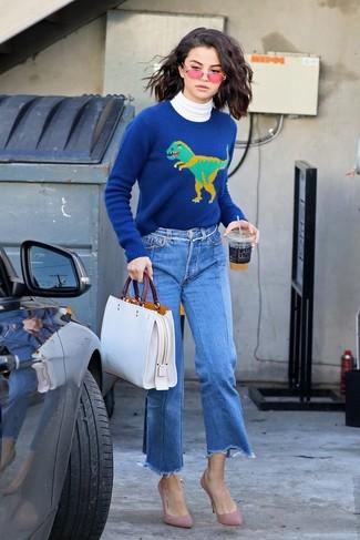 Wie kombinieren: weißer Rollkragenpullover, blauer bedruckter Pullover mit einem Rundhalsausschnitt, blauer Hosenrock aus Jeans, rosa Wildleder Pumps