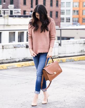 Wie kombinieren: rosa Strick Rollkragenpullover, blaue enge Jeans mit Destroyed-Effekten, hellbeige Leder Pumps, braune Satchel-Tasche aus Leder