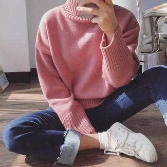 Wie kombinieren: rosa Strick Rollkragenpullover, dunkelblaue enge Jeans, weiße Segeltuch niedrige Sneakers, weiße Socke