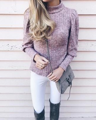 Wie kombinieren: rosa Rollkragenpullover, weiße enge Jeans, dunkelgraue Overknee Stiefel aus Wildleder, graue Wildleder Umhängetasche