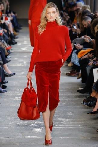 Wie kombinieren: roter Strick Rollkragenpullover, roter Samt Bleistiftrock, rote Leder Pumps, rote Shopper Tasche aus Leder