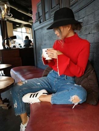 Blaue Jeans mit Destroyed-Effekten kombinieren: Probieren Sie diese Paarung aus einem roten Rollkragenpullover und blauen Jeans mit Destroyed-Effekten für einen stilsicheren Alltags-Look. Wenn Sie nicht durch und durch formal auftreten möchten, vervollständigen Sie Ihr Outfit mit weißen und schwarzen Leder niedrigen Sneakers.