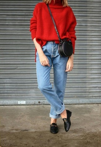 Wie kombinieren: roter Strick Rollkragenpullover, hellblaue Jeans, schwarze Leder Slipper, schwarze Leder Umhängetasche