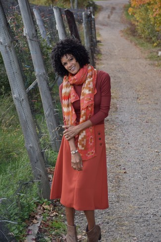 Wie kombinieren: roter Rollkragenpullover, orange Midirock, braune Wildleder Stiefeletten, orange bedruckter Seideschal