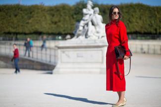 Wie kombinieren: roter Rollkragenpullover, roter Midirock, goldene Leder Ballerinas, dunkelrote Shopper Tasche aus Leder