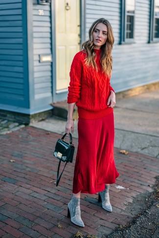 Wie kombinieren: roter Strick Rollkragenpullover, roter Midirock, graue Wildleder Stiefeletten, schwarze Leder Umhängetasche
