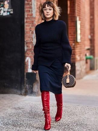 Wie kombinieren: schwarzer Strick Rollkragenpullover, schwarzer Bleistiftrock, rote Overknee Stiefel aus Leder, dunkelbraune bedruckte Leder Clutch