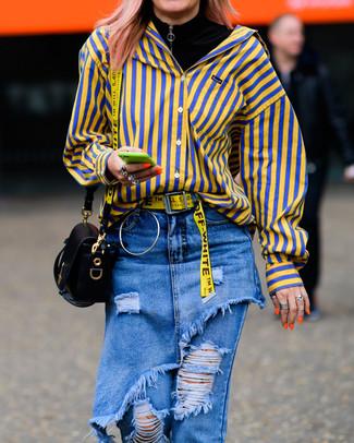 Wie kombinieren: schwarzer Rollkragenpullover, gelbes vertikal gestreiftes Businesshemd, blaue Jeans mit Destroyed-Effekten, schwarze Leder Umhängetasche