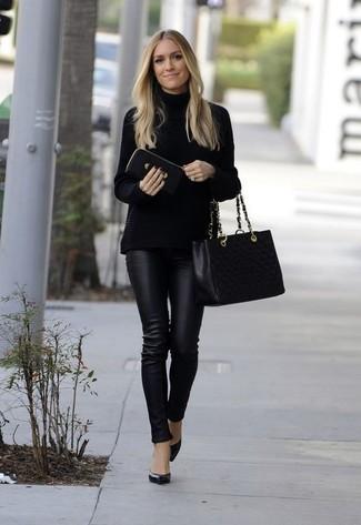 Wie kombinieren: schwarzer Strick Rollkragenpullover, schwarze enge Hose aus Leder, schwarze Leder Pumps, schwarze gesteppte Shopper Tasche aus Leder