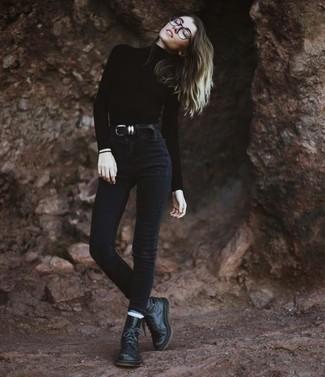 Schwarze flache Stiefel mit einer Schnürung aus Leder kombinieren: trends 2020: Durch die Kombi aus einem schwarzen Rollkragenpullover und schwarzen engen Jeans können Sie Ihrer Alltags-Garderobe eine persönliche Note verleihen und immer wieder neue Looks zusammenstellen. Fühlen Sie sich mutig? Komplettieren Sie Ihr Outfit mit schwarzen flache Stiefel mit einer Schnürung aus Leder.