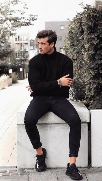 Wie kombinieren: schwarzer Rollkragenpullover, schwarze enge Jeans, schwarze Sportschuhe, silbernes Armband