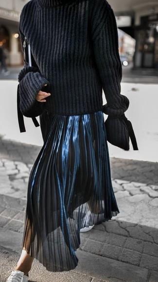 Wie kombinieren: schwarzer Strick Rollkragenpullover, dunkelblauer Falten Midirock, weiße Leder niedrige Sneakers, schwarze Leder Clutch