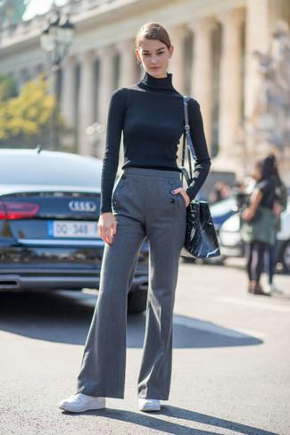 schwarzer Rollkragenpullover, graue Wollschlaghose, weiße Leder niedrige Sneakers, schwarze bedruckte Leder Umhängetasche für Damen