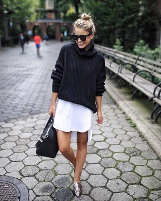 Wie kombinieren: schwarzer Wollrollkragenpullover, weißes Shirtkleid, silberne Leder Slipper, schwarze Shopper Tasche aus Leder