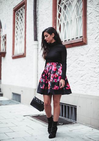 Wie kombinieren: schwarzer Rollkragenpullover, fuchsia Skaterrock mit Blumenmuster, schwarze Wildleder Stiefeletten, schwarze verzierte Leder Umhängetasche