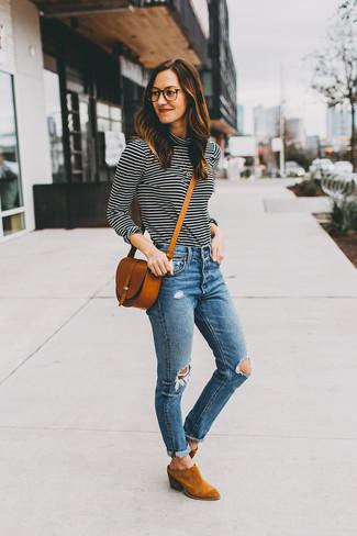 Wie kombinieren: schwarzer und weißer horizontal gestreifter Rollkragenpullover, blaue enge Jeans mit Destroyed-Effekten, rotbraune Wildleder Stiefeletten, rotbraune Leder Umhängetasche