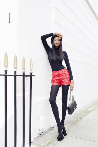 20 Jährige: Dunkelrote Shorts kombinieren – 3 Damen Outfits warm Wetter: Um einen lässigen Look zu erzeugen, brauchen Sie nur einen schwarzen Rollkragenpullover und dunkelroten Shorts. Schwarze klobige Wildleder Pumps sind eine großartige Wahl, um dieses Outfit zu vervollständigen.