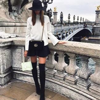 Wie kombinieren: weißer Rollkragenpullover, schwarzer Skaterrock, schwarze Overknee Stiefel aus Wildleder, schwarze Wildleder Umhängetasche
