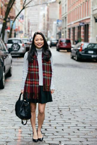 Roten Schal mit Schottenmuster kombinieren – 58 Damen Outfits: Ein grauer Rollkragenpullover und ein roter Schal mit Schottenmuster garantieren einen gelassenen, stilvollen Look von früh bis spät. Ergänzen Sie Ihr Look mit schwarzen Leder Pumps.